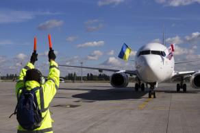 AERO CONSULTING Formations Aéronautiques - Formation Sécurité en piste - Assistance au déplacement des avions - L'agent de piste aéroport est l'assistant de l'agent de trafic. Ses tâches sont variées (déchargement-chargement, transfert de bagages, tractag