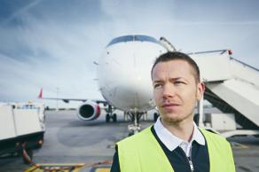 AERO CONSULTING Formations Aéroportuaires - Sécurité en piste - Equipement de protection obligatoire dans la zone aéroportuaire - Il travaille dans une zone aéroportuaire, sur les pistes et par tous les temps, très souvent en horaires décalés et variables